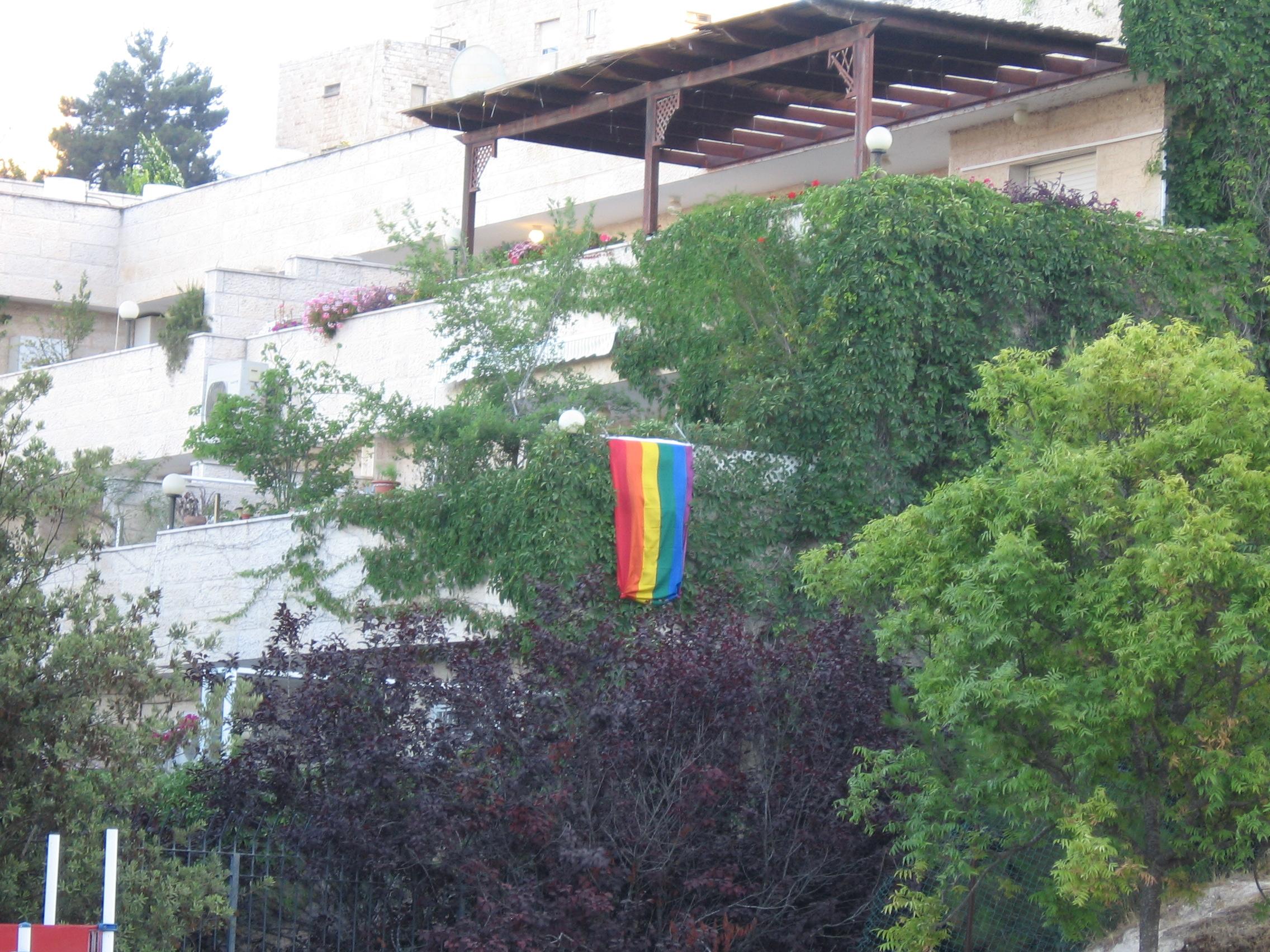 דגל הגאווה תולה על המרפסת שלנו